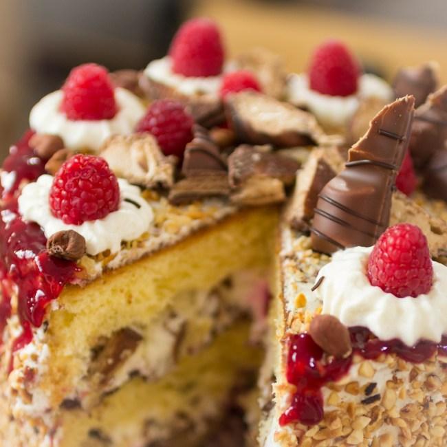 Himber-Torte mit Haselnüssen und Kinder Bueno-5