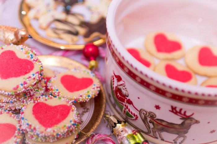 Plätzchen backen, einfaches Plätzchenrezept Weihnachten, Herzkekse