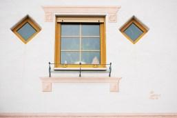 Auf dem Weg zum Dorfplatz - Fenster mit gemalter Deko.