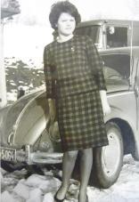 Frau Kersch mit VW Käfer_Stoff aus Hörbild