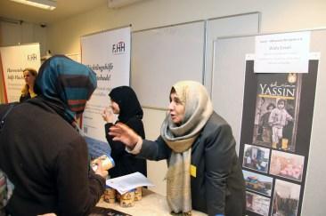 Fatima Emari wirbt beim Markt der Möglichkeiten für ihren Hilfsverein für Syrien (Yassin). Foto: Kathrin Erbe