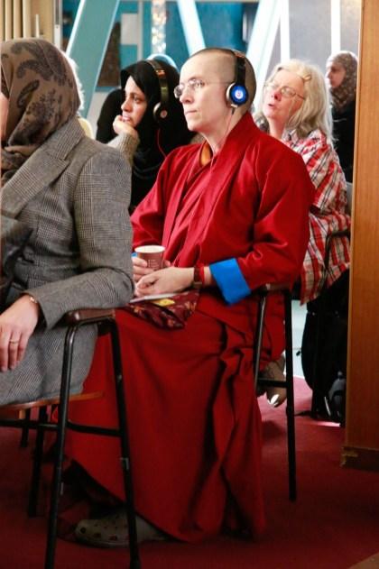 Buddhistin lauscht dem Vortrag. Foto: Kathrin Erbe