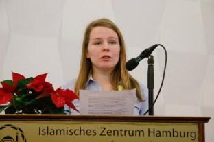 Sarah McDonnel verliest das Grußwort von Staatsministerin Aydan Özoguz. Foto: Kathrin Erbe