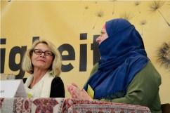 Inge Behjat und Simone Khan beim Podium. Foto: Kathrin Erbe