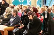 Frauen lauschen der Simultanübersetzung. Foto: Kathrin Erbe