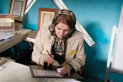 Azam Rabizadeh fertigt eine Kalligrafie. Foto: Kathrin Erbe