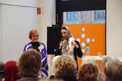 Marjam Heidarinami moderiert die Rückfragerunde