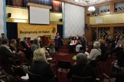 Frauen lauschen der jüdischen Sängerin Dana Zeimer