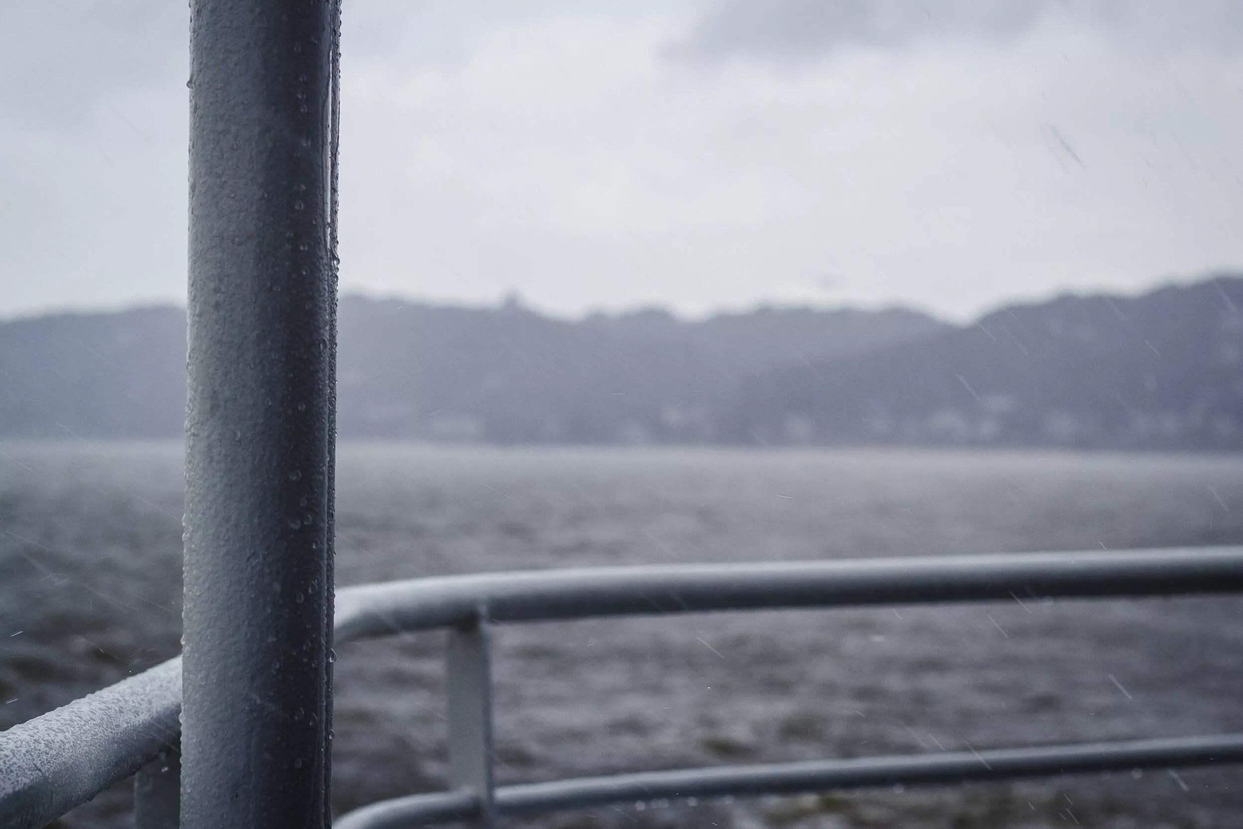 Regen und Sturm auf der Elbe höhe Blankenese