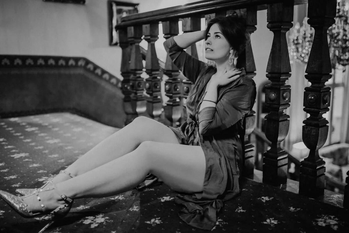 Auf der Empore im Hotel Garni Mittelweg bei einem entspannten Porträtshooting