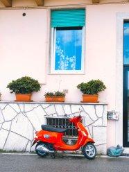 Eine rote Vespa in Sanremo