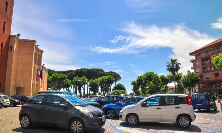 Parkplätze am Rathaus in Ventimiglia.jpg