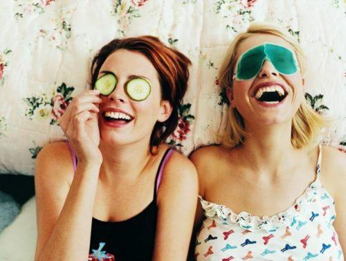 Две подруги смеются Настоящий друг появляется тогда, когда рядом никого не осталось