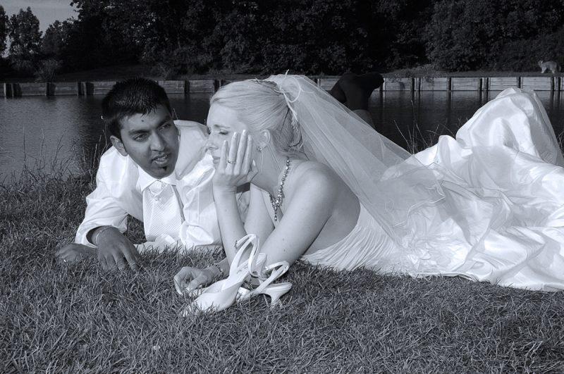 photo de couple au parc près d'un étang