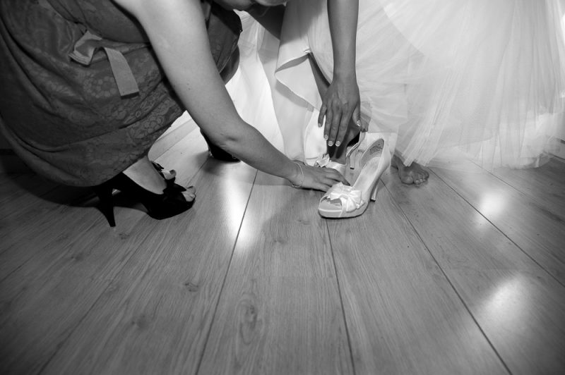 photo des préparatifs, passage de la robe de mariée