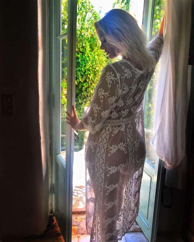 Ελληνίδα ποζάρει γυμνή…φορώντας μόνο διάφανη δαντέλα (Εικόνα)