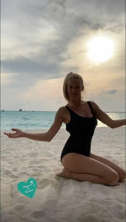 Ζέτα Μακρυπούλια: Πάσχα στα νησιά Μπόρα – Μπόρα. Ποζάρει με διαφορετικά μαγιό χωρίς φίλτρα! (Φωτο)