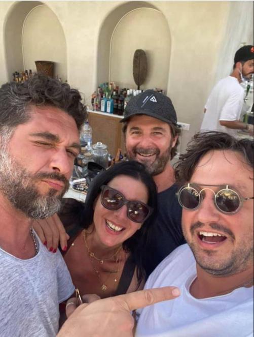 Πάνος Ιωαννίδης: Σε τρελά κέφια στην Σαντορίνη με τον Master Hair Ιωάννη Αγγελόπουλο