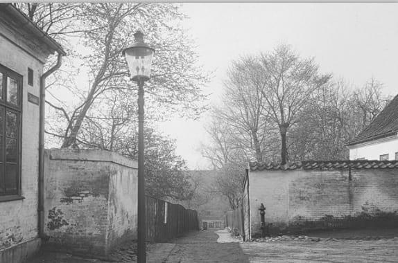 Æ Helvedsbank, sti-stykket af Slesvigsgade om trent fra Voss-fabrikkens indgang i Slesvigsgade (Foto: Hugo Matthissen, 1914)