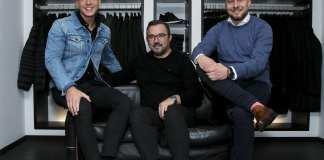 Mick Schmidt, Jesper Juul Madsen og Nicolai Rasmussen fra Højer i Fredericia fejrer to års fødselsdag i den kendte herretøjsbutik. Foto: Anja Gejpel Photographydd