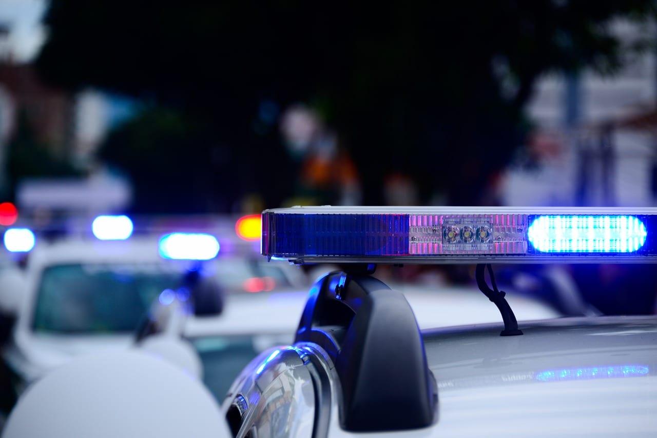 En politibetjent er en person, der er uddannet på Politiskolen og er ansat i politiet og har politimyndighed.