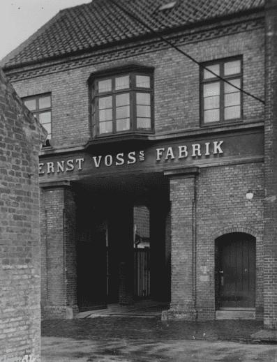 Indgangen til Voss' fabrik fra Slesvigsgade, ca. 1930-40 (foto: Lokalhistorisk Arkiv)