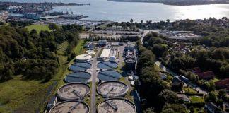 Fredericia Spildevand og Energi A/S driver bl.a. Danmarks næststørste renseanlæg, der ligger nogle få hundrede meter fra Lillebælt omkranset af boliger, erhverv og beskyttede naturområder. Det stiller store krav til anlægget, der sigter mod at være energileverandør i 2025 og CO2-neutralt om 10 år. Foto: Fredericia Spildevand og Energi A/S