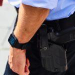 Politimand med tjenestepistol