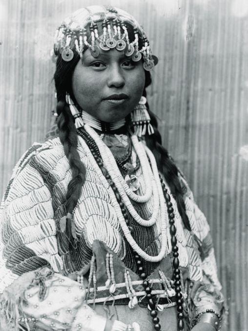 Jeune mariée wishram de l'Oregon. Photographie de Edward S. Curtis, 1910.   Library of Congress En savoir plus sur http://www.lemonde.fr/cinema/article/2014/11/13/figures-de-squaws_4523275_3476.html#kBKktkXTrKcH8yX8.99