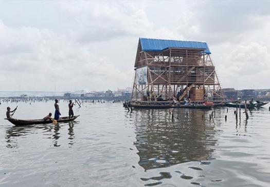 A Lagos, au Nigeria, l'architecte Kunlé Adeyemi a conçu une école flottante pour les enfants du bidonville de Makoko, sur la lagune.