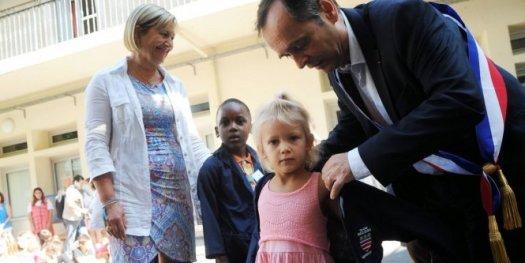 En septembre, Robert Ménard distribue des blouses pour les enfants d'une école privée de Béziers. Une mesure qu'il voudrait étendre à l'école publique.