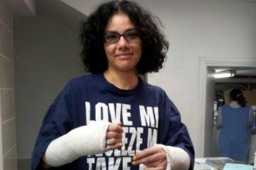 L'essayiste Mona Eltahawy s'est fait casser les deux bras par un groupe de policiers place Tahrir pendant la révolution de 2011