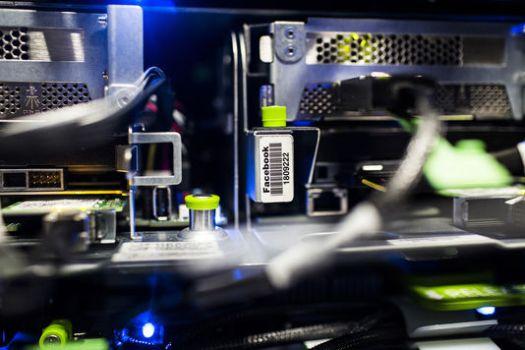 Dans le data center de Facebook, à Luleå (Suède). STEFAN BLADH En savoir plus sur http://www.lemonde.fr/idees/article/2016/09/15/sur-internet-l-invisible-propagande-des-algorithmes_4998063_3232.html#53t7gw2kkq2kIevz.99