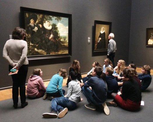 Le même groupe de lycéens photographiés un peu plus tôt discutant d'un tableau...