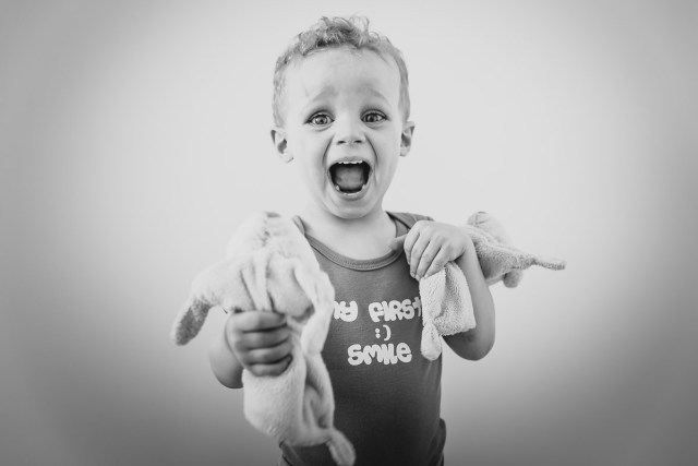 Photo noir et blanc enfant jouant avec ses doudous photographe famille paris