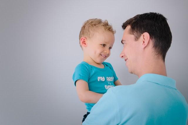regards entre pere et fils enfant sourire