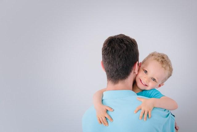 enfant sautant dans les bras de son papa