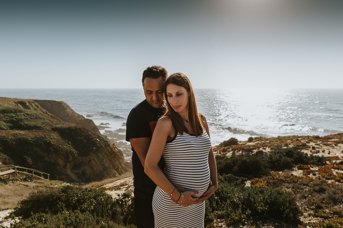 femme enceinte avec son mari au bord de mer au coucher du soleil frederico santos photographe