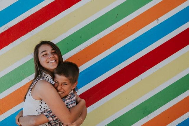 portrait frere et soeur devant ligne colorées