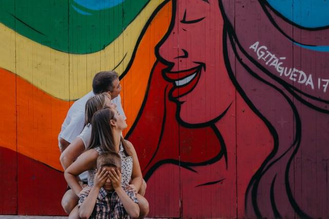 famille regardant fresque sur mur coloré agitagueda