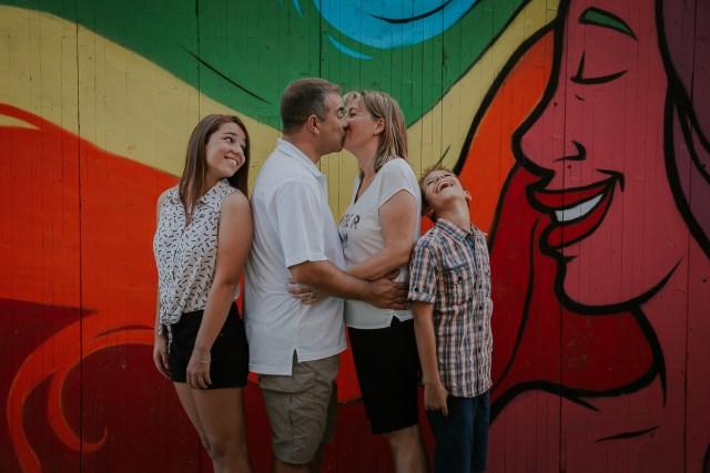 parents s'embrassant avec enfants à Agueda frederico santos
