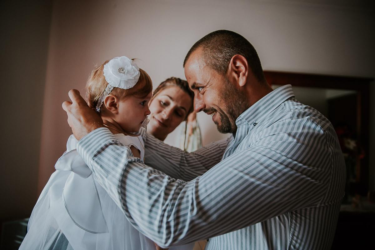 papa met collier à sa fille avant baptême frederico santos photographe