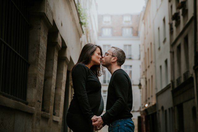 couple s'embrasse dans les rues parisiennes frederico santos
