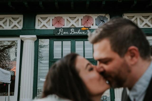couple de maries s'embrasse devant rosa bonheur