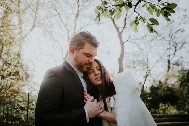 couple se serre dans les bras au milieu de la forêt