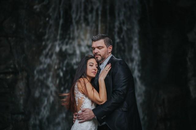 couple devant une cascade se regardant emotions heureux