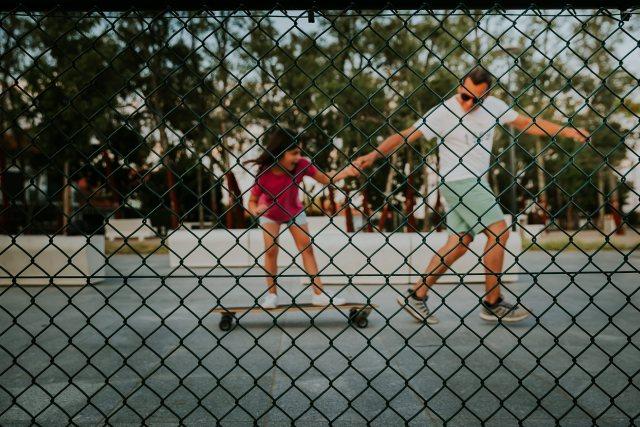 papa apprend skate à sa fille