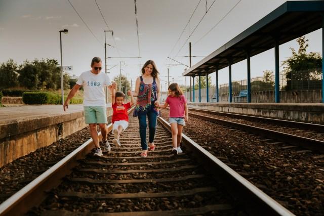 seance famille sur des rails dans une gare