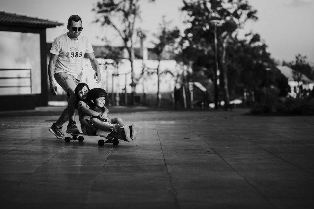 papa et enfants skateboard moment en famille