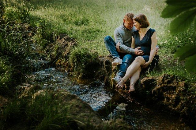couple grossesse nature au bord ruisseau